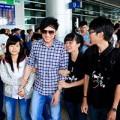 Làng sao - Đan Trường được fan ôm chặt ngày về Việt Nam
