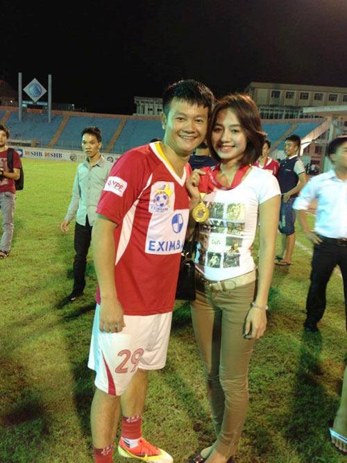 """van quyen dan """"vo yeu"""" di nhan cup - 1"""