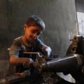 Ấn tượng bé 10 tuổi trong xưởng vũ khí Syria