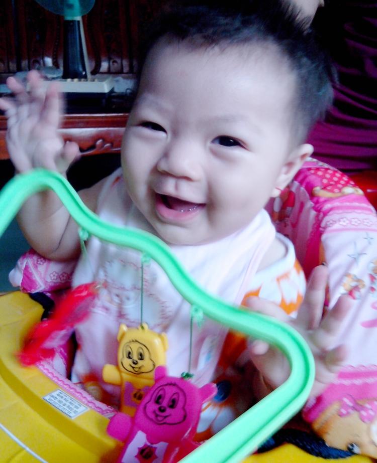 Tên con là Nguyễn Lê Cát Vy, sinh ngày 11/10/2012, con gần 1 tuổi rồi ạ.