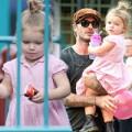 Làng sao - Harper diện váy hồng tung tăng đi chơi công viên