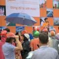 Tin tức - HN: Hỗn loạn tranh giành áo mưa miễn phí