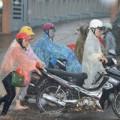 Tin tức - Cảm phục nữ sinh đội mưa đẩy xe cho người đi đường