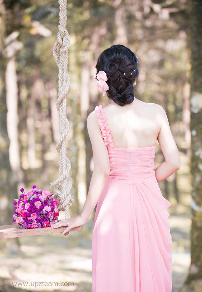 Tóc tết được uốn tinh tế và giữ nếp với gel này sẽ là điểm nhấn cho mỗi shot ảnh. Bông hoa cùng tông màu với áo cưới, thêm vài hạt ngọc trai sẽ làm bạn nổi bật hơn nhiều.
