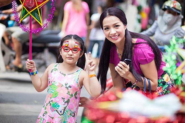 Nhân dịp Trung Thu đang tới gần, cựu người mẫu Thúy Hằng đã đưa 2 con nhỏ của mình tới khu phố Hàng Mã để mua sắm những món đồ chơi xinh xắn.
