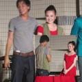 Làng sao - Vy Oanh được fan Nhật tặng áo trên sân khấu
