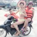 Làng sao - Trang Trần đội mũ lá, mặc bikini lái xe máy