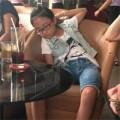 Làng sao - Phương Mỹ Chi ngủ gật trong buổi offline