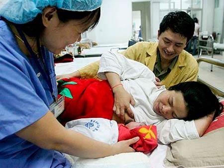 vo sinh con, chong duoc nghi: thieu cong bang - 1