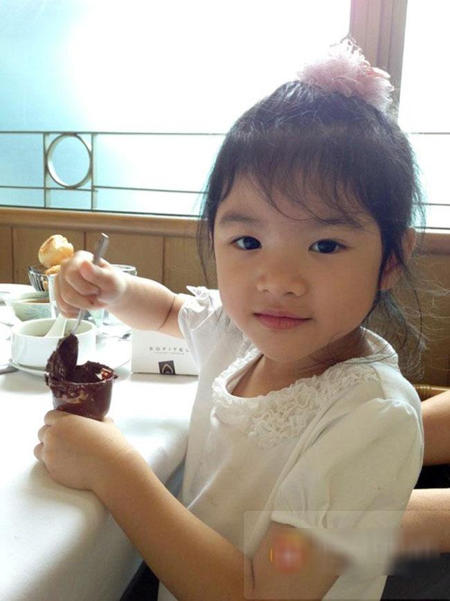 """Bảo Tiên, cô con gái 5 tuổi của Trần Bảo Sơn và Trương Ngọc Ánh sở hữu vẻ đẹp của cả cha lẫn mẹ, bé ngày càng đáng yêu và là """"viên ngọc quý"""" của cặp vợ chồng nổi tiếng này."""