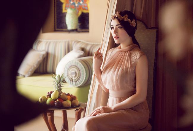 Với thần thái và vẻ đẹp mang chút nét Trung Đông, Lý Nhã Kỳ hóa thân hoàn hảo trong tạo hình mới này.