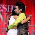 Quang Hà ôm Phương Thanh trên sân khấu