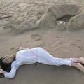 Làng sao - Phương Mỹ Chi nằm trên cát ngắm đất trời