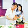 """Làng sao - Đàm Vĩnh Hưng dạy """"con gái"""" xinh đẹp nấu ăn"""