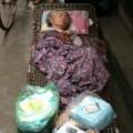 Tin tức - Phẫn nộ cảnh cụ bà nằm bất tỉnh trước cửa nhà