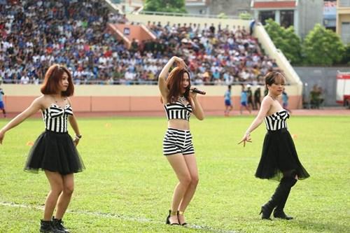 """luu huong giang sexy lam """"nao loan"""" san co - 1"""