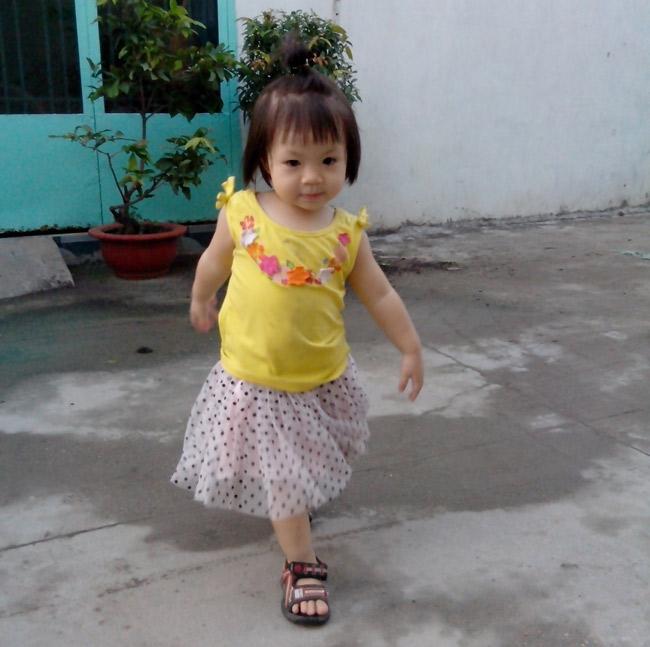 Con tên Nguyễn Lê Cát Vy, sinh ngày 11/10/2012, được 22 tháng rồi ạ.