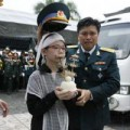 Tin tức - Phút tiễn đưa 18 chiến sĩ về đất mẹ trong mưa tầm tã