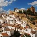 Nhà đẹp - 'Thị trấn trắng' ẩn mình dưới tảng đá lớn