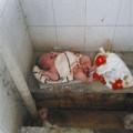 Làm mẹ - TQ: Xót xa bé sơ sinh bị bỏ trong nhà vệ sinh