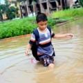 Tin tức - Ngập nặng, học sinh bì bõm lội nước đến trường
