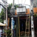 Tin tức - Nhân viên điện lực bị điện giật dính trên cột điện