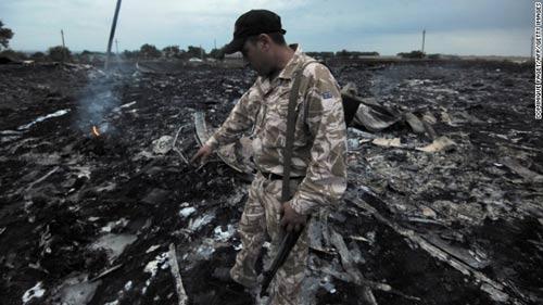 mh17 roi o ukraine: xac nguoi nam la liet tai hien truong - 10