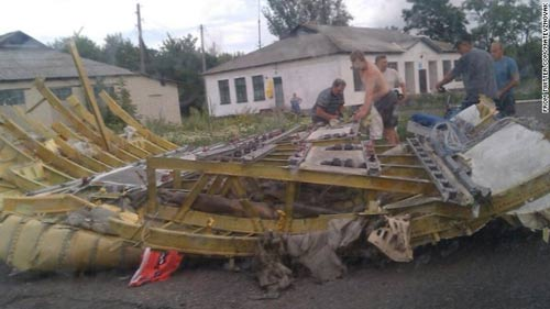 mh17 roi o ukraine: xac nguoi nam la liet tai hien truong - 15