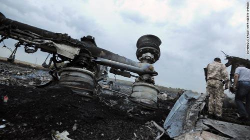 mh17 roi o ukraine: xac nguoi nam la liet tai hien truong - 2