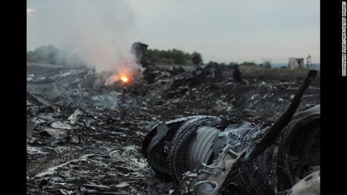 mh17 roi o ukraine: xac nguoi nam la liet tai hien truong - 3