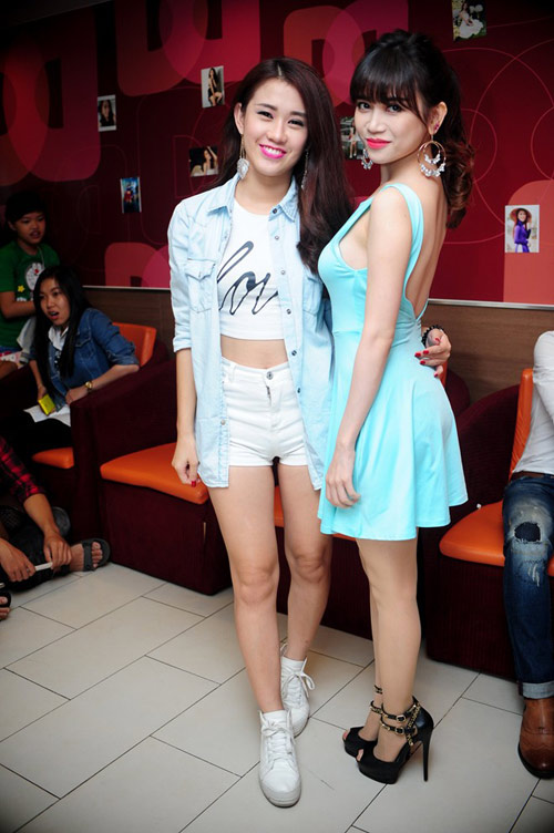 hai hot girl phim 18+ goi cam trong tiec sinh nhat - 9