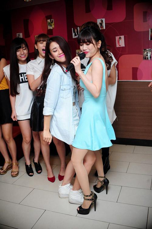hai hot girl phim 18+ goi cam trong tiec sinh nhat - 17