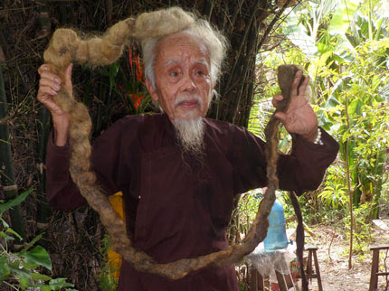 'di nhan' 70 nam khong dam cat toc, goi dau vi so om - 1
