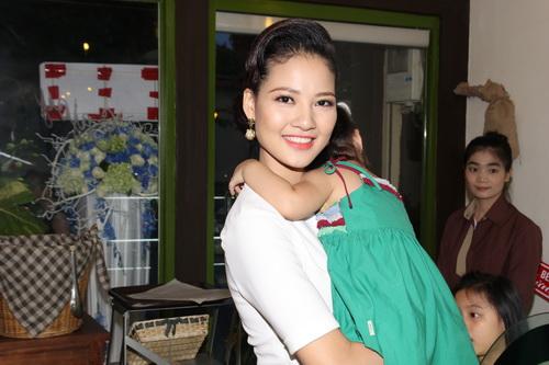 tran thi quynh hanh phuc ben chong con - 3