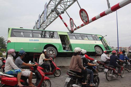 """xe buyt """"lam xiec"""" giua duong, hanh khach khoc thet - 2"""