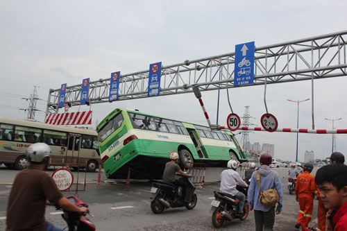 """xe buyt """"lam xiec"""" giua duong, hanh khach khoc thet - 3"""