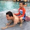 Làng sao - Bảo Nam thích thú cưỡi lên lưng bố Quang Dũng