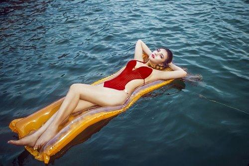 Diện bikini mùa hè đẹp như Jenny Nguyễn - 10