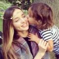 Làng sao - Miranda Kerr khoe ảnh được Flynn hôn má