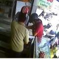 Tin tức - Video: Khách vào cửa hàng xem iPhone rồi cầm chạy mất