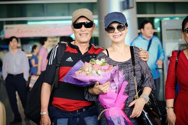 vo chong khanh ly gay chu y o san bay - 13