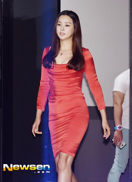 Hoa hậu Honey Lee khoe vòng 1 đẫy đà - 2