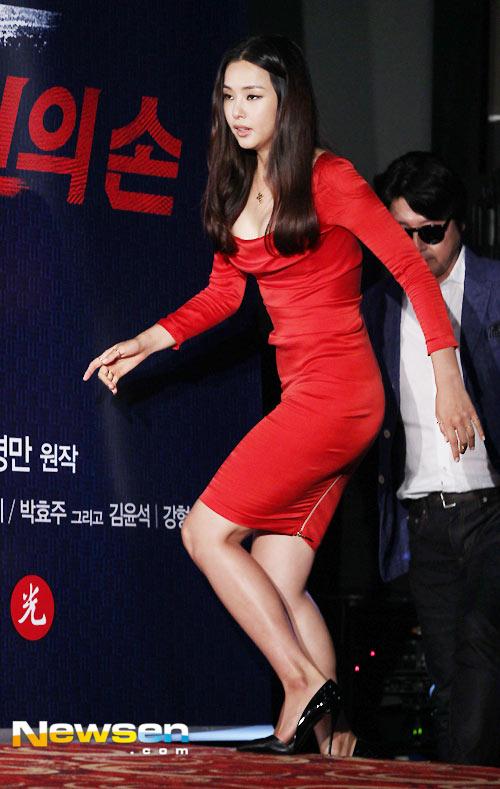Hoa hậu Honey Lee khoe vòng 1 đẫy đà - 3