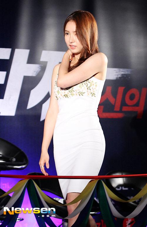 Hoa hậu Honey Lee khoe vòng 1 đẫy đà - 7