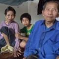 Tin tức - Cụ ông 80 tuổi gồng mình nuôi vợ liệt, cháu nhỏ