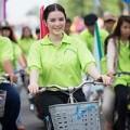 Làng sao - Lý Nhã Kỳ giản dị đạp xe trên phố