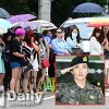 Fan đội mưa chờ Lee Teuk xuất ngũ