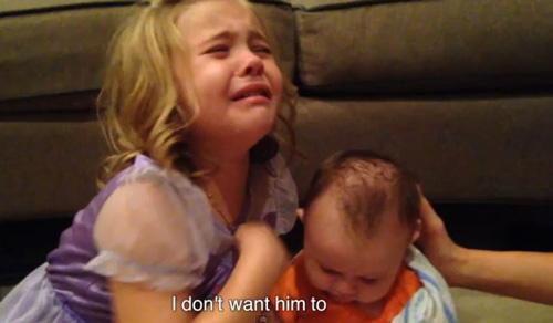 bé gái khóc núc nỏ vì khong muón em trai lón len - 2