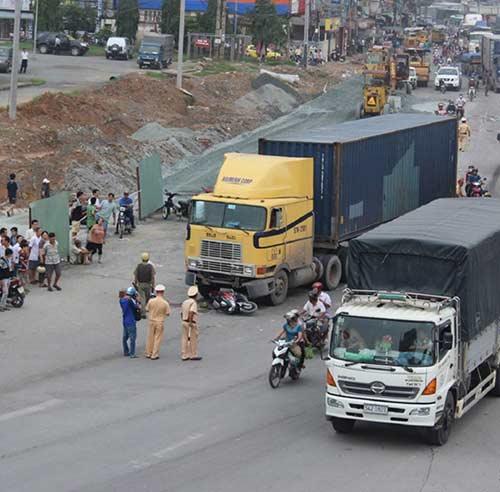 dong nai: chau noi chung kien ong chet tham duoi xe container - 2