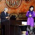 Làng sao - Khánh Ly nắm chặt tay Nguyễn Ánh 9 trên sân khấu